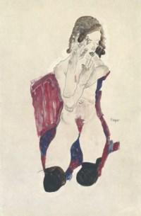 Sitzendes Mädchen mit schwarzen Strümpfen und vorgehaltenen Händen