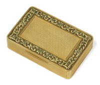 A GEORGE III TWO-COLOUR GOLD SNUFF-BOX