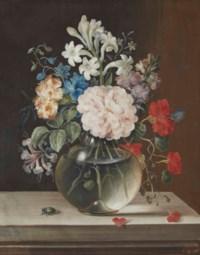 Camélia rose, oeillet orange, jacinthe blanche et autres fleurs dans un vase en verre