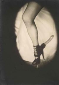 """[CURIOSA] -- MOLINIER, Pierre (1900-1976). Photographie originale, tirage argentique (176 x 123 mm), vers 1965, avec inscription autographe au crayon au verso """"L'Éperon d'amour""""."""
