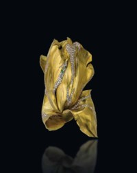 A GOLD, DIAMOND AND GREEN GARNET 'PARROT TULIP' BANGLE, BY JAR