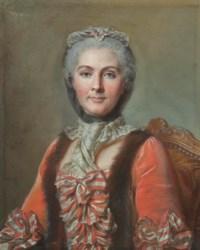 Femme en robe rouge avec échelons de noeuds rayés